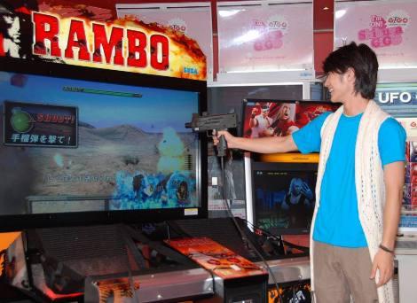 新型ガンシューティングゲームを楽しむ三浦春馬