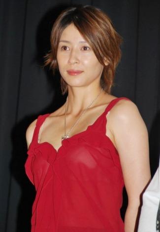 赤のドレスを着た水野美紀