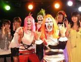 """ヘビ""""メタボ""""バンドのボーカルに初挑戦した南海キャンディーズ・山里亮太(右から3人目)"""