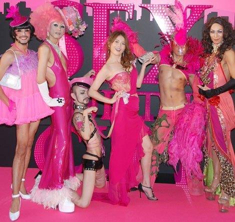 映画『セックス・アンド・ザ・シティ』のジャパンプレミアに登場した青田典子とドラッグクイーンの5人