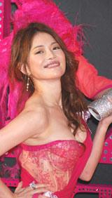 映画『セックス・アンド・ザ・シティ』のジャパンプレミアでドラッグクイーンを引き連れて登場した青田典子