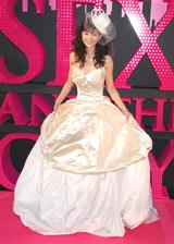 劇中で登場するヴィヴィアン・ウエストウッドのウェディングドレスをまとい、満面の笑顔