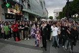ワールドプレミア会場で熱烈なファンに囲まれる
