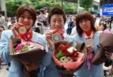 北京五輪で手にしたメダルをみせる(左から)伊調馨、伊調千春、吉田沙保里選手