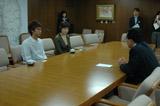 岩手県知事を訪問し、集まった義援金500万円を寄付した時の様子