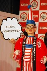 村井知事の「全国を旅してうまいと思ったものは?」という質問に答えるくいだおれ太郎