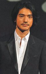 映画『K-20 怪人二十面相・伝』の製作報告会見に出席した金城武