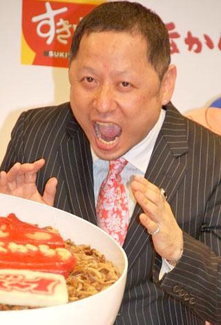 サムネイル 巨大バースデー牛丼におどけてみせる原作者・ゆでたまご嶋田隆司氏