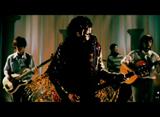 歌う西城秀樹、MVでは華麗なマイクさばきを披露している