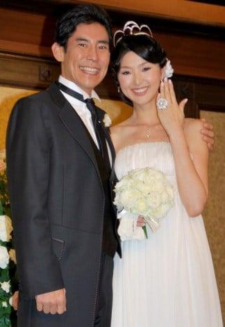 サムネイル 東京・帝国ホテルで、挙式および披露宴を行った高嶋政伸と美元