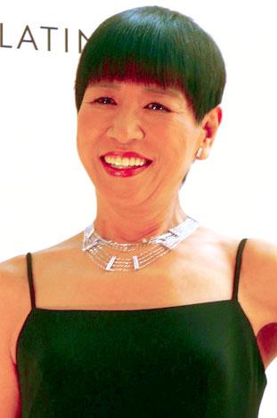 サムネイル 『プラチナ・ステーション・ジュエリー』のネックレスを身に付けた和田アキ子