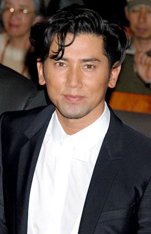 映画『おくりびと』の完成会見に出席した本木雅弘