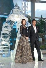 氷で作られたオブジェの前で撮影に応じる米倉涼子(左)と舘ひろし(右)