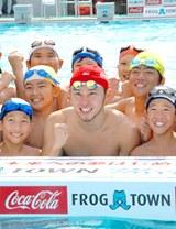 北島康介選手と児童たち