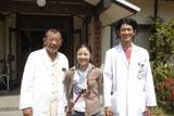 無事に全撮影を終えて笑顔をみせる笑福亭鶴瓶、西川美和監督、瑛太(左から)