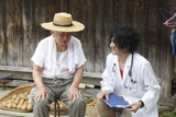 瑛太は主人公とともに都会からやってくる研修医を演じる