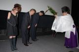 神主を招いてのヒット祈願を行った奥菜恵(左)