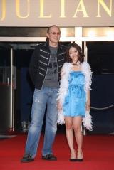 岩佐真悠子(左)とジョン・ロビンソン