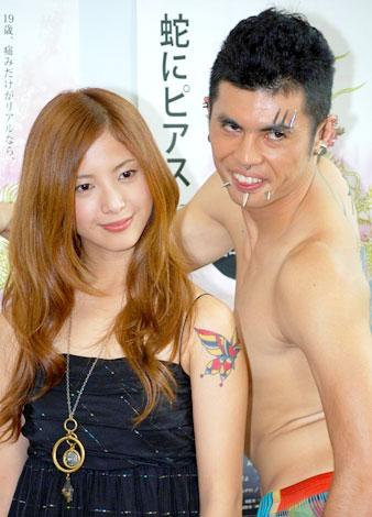 映画『蛇にピアス』の特別試写会に出席した吉高由里子、小島よしお