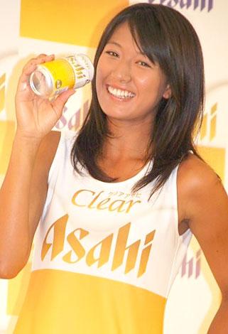 サムネイル 『クリアアサヒ』の販売3億本突破発表会にCMキャラクターとして出席した浅尾美和