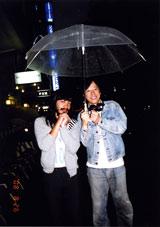 仲良く相合傘をする2人