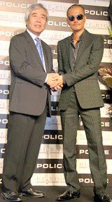 代表取締役・石原正純氏(左)と握手するATSUSHI