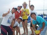 リゾート気分を満喫する陣内らイケメン5人と月亭八光(右端)