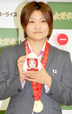 サムネイル 『金芽米』1年分の褒章米贈呈式に出席した伊調馨選手