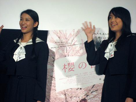 同年代の女子高生に囲まれた福田沙紀と武井咲(左)