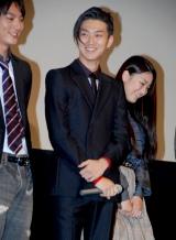 舞台で笑顔を見せる松田翔太