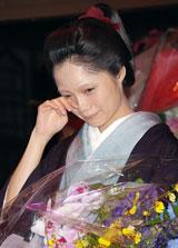 堺雅人から花束を受け取り思わず涙