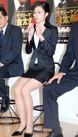 ミニスカートで美脚を披露する青山倫子