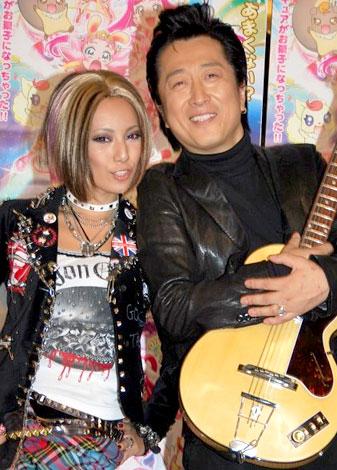 歌手デビューを果たす三船美佳と、サポートする高橋ジョージ