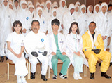 防護服着用の無菌仕様で行われた映画「感染列島」製作報告会見