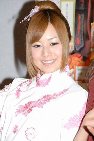 チャイナ服を着ている夏川純
