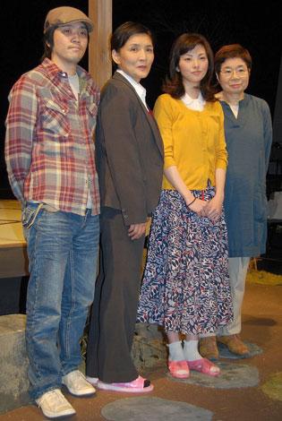 左から脚本・田村孝裕、根岸季衣、田中麗奈、向田和子(邦子の妹)