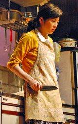 包丁を手に愕然とするシーンを演じる田中麗奈