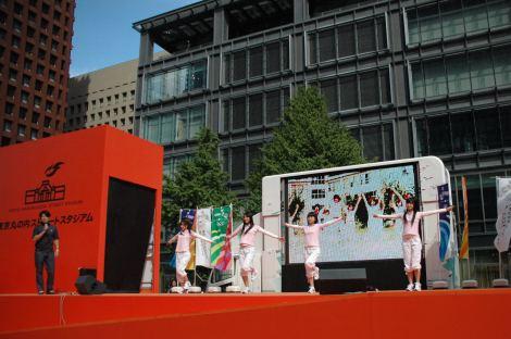 『東京丸の内ストリートスタジアム』で「TOKYO体操」を披露するAKB48の秋元才加、大島優子、倉持明日香、松原夏海