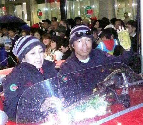 ラシックカーラリー『La Festa Mille Miglia 2008』のゴールイベントに登場した西田ひかる夫妻