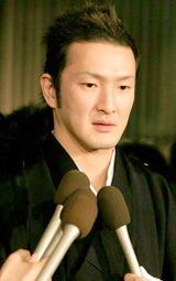 胃がんで死去した実父・小川三喜雄さんの通夜に参列した中村獅童