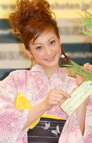 サムネイル 自身初のブログ本『HAPPY SMILE HAPPY LIFE』の出版記念握手会を行った西山茉希