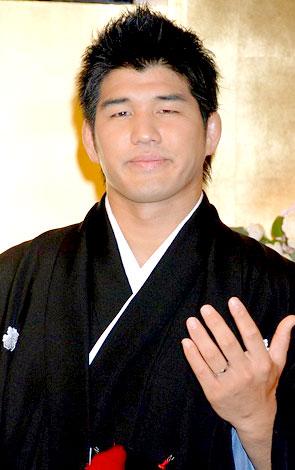 挙式後、会見を行った妻・東原亜希とともに井上康生氏