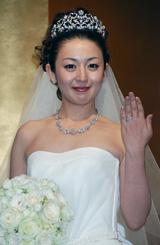 結婚指輪を披露する酒井美紀[08年10月19日の結婚会見]