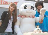 ハンサムスーツを囲む北川景子と英勉監督(右)