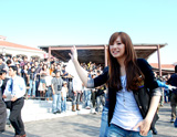 熱狂するファンに手を振る北川景子