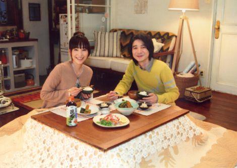 サムネイル CMでアツアツな夫婦を演じる(左から)麻生久美子と吉岡秀隆