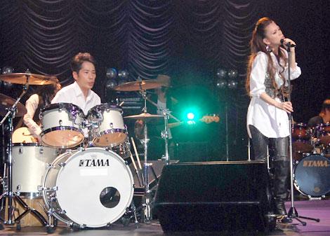 「悲しみがとまらない」のミュージックビデオ撮影を行った稲垣潤一と小柳ゆき