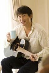 『Eternal −the best love songs of female−』テレビCMでくつろいだ姿を披露している吉田栄作