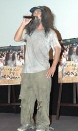 自身初の映画主題歌を披露する現役ホームレス芸人・うつのみや八郎