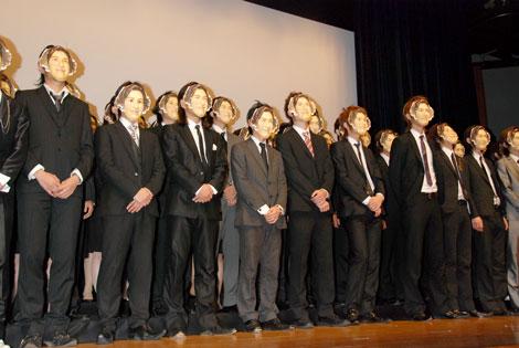 映画『ハンサム★スーツ』試写会イベント会場に集まった谷原章介お面を付けたハンサム部隊